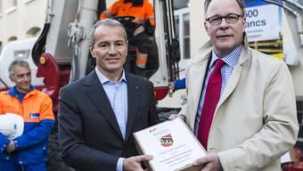Gian-Luca Lardi, links, Zentralpräsident des Schweizerischen Baumeisterverbandes, übergibt die gesammelten Unterschriften am Freitag Boris Zürcher, rechts, Leiter Direktion für Arbeit beim SECO.
