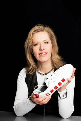 Barbara Artmann mit dem neuen Helvetia-Schuh