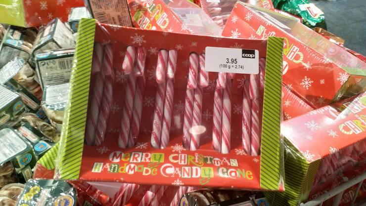 """""""Merry Christmas"""" steht auf diesen typisch amerikanischen Weihnachts-Zuckerstangen im Coop am Tellplatz..."""