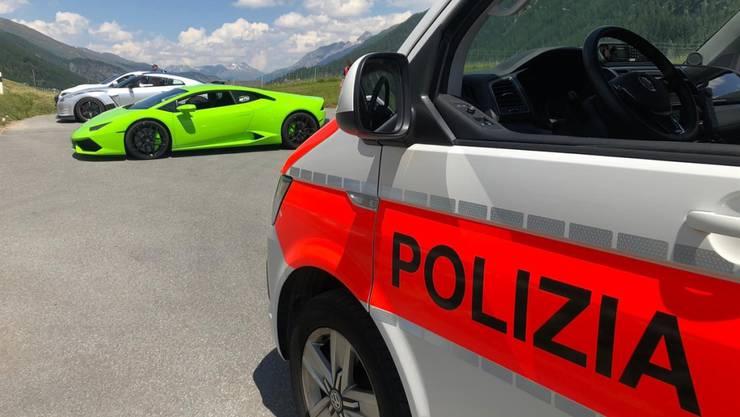 Im Oberengadin hat die Bündner Kantonspolizei vier Finnen und einen Schweizer erwischt, die mit massiv zu schnell unterwegs waren.