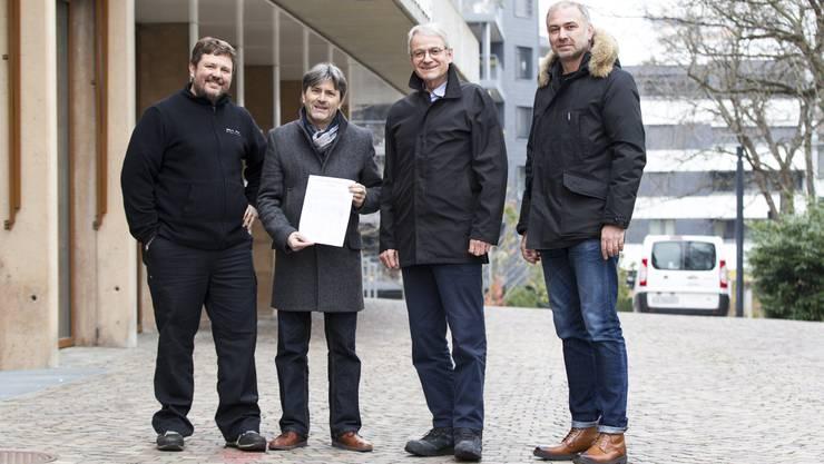 Stadtpräsident Markus Bärtschiger (SP) mit Mäppchen, umringt von den Petitionären Flavio Impusino, Lothar Seiler und Davor Kupresak (von links) gestern Nachmittag vor dem Stadthaus.
