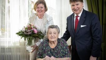 Sozialvorsteherin Veronika Neubauer und Gemeindepräsident Michael Deplazes besuchen Jubilarin Sophie Ebneter zu Hause.