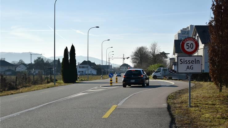 Seit Ende 2011 hat Sisseln eine Eingangspforte. Sie sorgt dafür, dass die Fahrzeuge auf 50 km/h abbremsen.