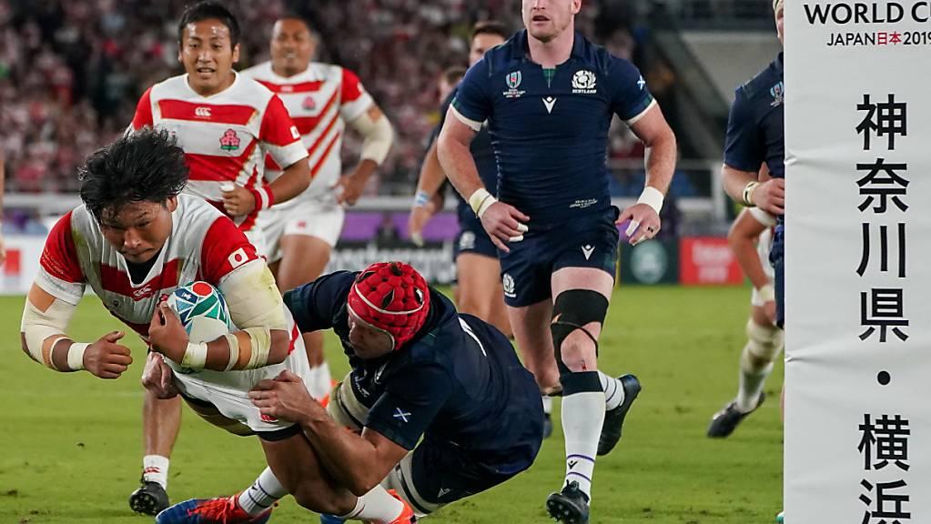 Mit einem brillanten Auftritt in die WM-Viertelfinals: Japans Keita Inagaki realisiert einen von vier Tries der «Brave Blossoms» beim 28:21-Sieg im entscheidenden Gruppenspiel gegen Schottland