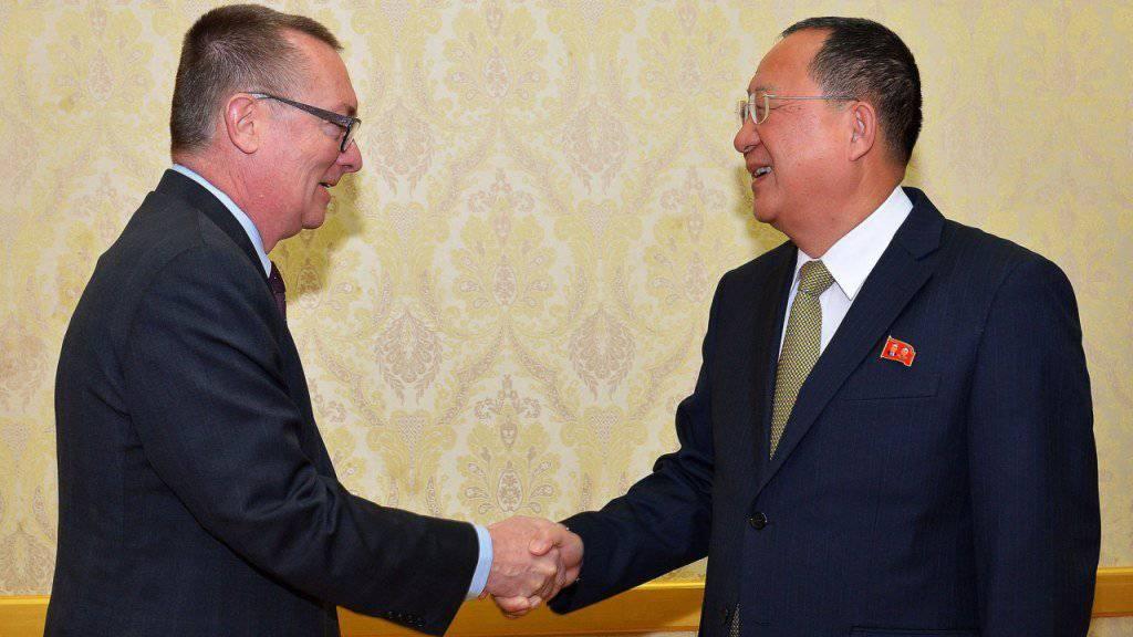Nordkoreas Aussenminister Ri Yong Ho (r) mit Uno-Untergeneralsekretär Jeffrey Feltman in Pjöngjang (Archiv)