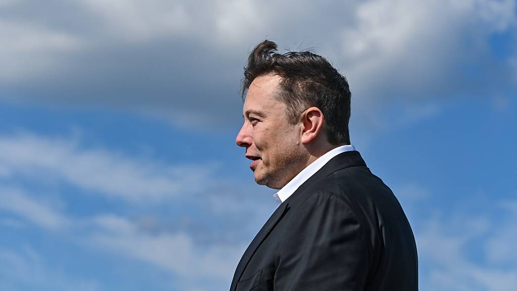 ARCHIV - Elon Musk, Tesla-Chef, steht auf der Baustelle der Tesla Gigafactory. Der Höhenflug des US-Elektroautobauers Tesla an der Börse lässt das Vermögen von Firmenchef Elon Musk immer weiter steigen. Foto: Patrick Pleul/dpa-Zentralbild/dpa