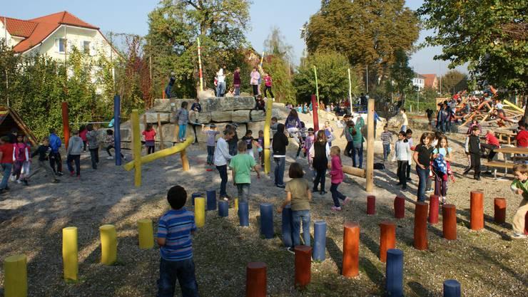 Kinder toben auf dem Spielplatz und sorgen bei den Nachbarn für Ärger.
