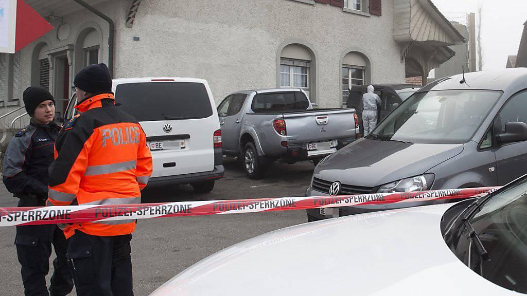 Im bernerischen Laupen wurde am 15. Dezember 2015 ein Ehepaar getötet. Die Polizei geht dank DNA-Spuren davon aus, dass es sich um den gleichen Täter handelt, der am 15. Dezember 2010 im Zürcher Seefeld eine Psychoanalytikerin getötet hat. (Archivbild)
