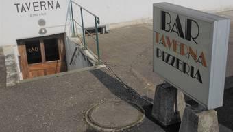 Zu viel Bar für Raucher, zu wenig für Nichtraucher?: Im Eingangsbereich rechts geht es zum Fumoir derPizzeria und Bar «Taverna». bruno kissling