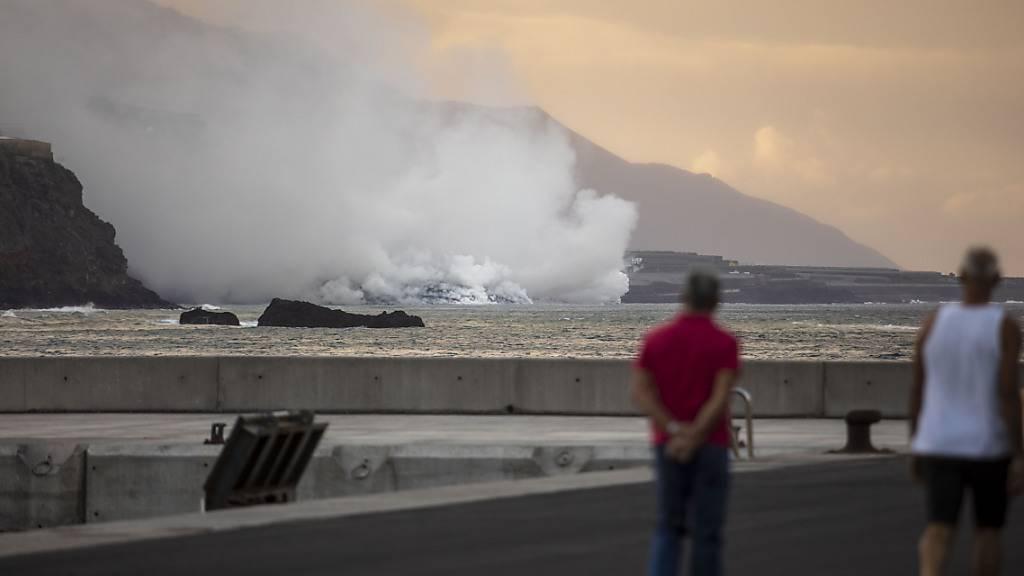 Eine gute Woche nach dem Vulkanausbruch auf der spanischen Kanareninsel La Palma ergießen sich die um die 1000 Grad heißen Lavaströme nun in das Meer. Foto: Kike Rincón/EUROPA PRESS/dpa
