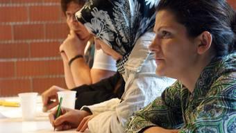 Ausländerinnen bei einem Deutschkurs: Alle Parteien sind sich einig, dass die Sprache der Schlüssel zur Integration in die Schweizer Gesellschaft ist. (Symbolbild)