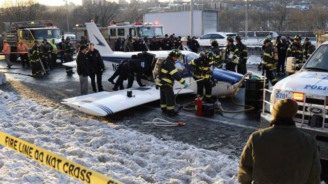 Kleinflugzeug landete auf dem Major Deegan Expressway in der Bronx