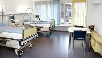 Die hellen und freundlich eingerichteten Patientenzimmer zählen zu der sehr guten Infrastruktur des Gesundheitszentrums Fricktal. – Foto: pd