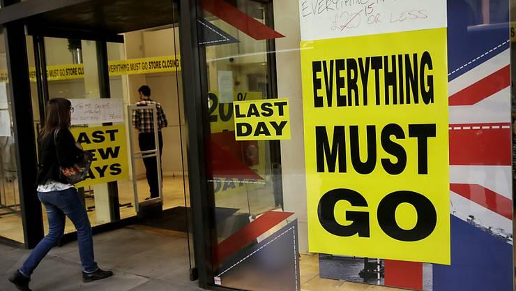 Viele Briten halten sich trotz zahlreicher Sonderangebote immer mehr beim Konsum zurück. (Archivbild Schlussverkauf)