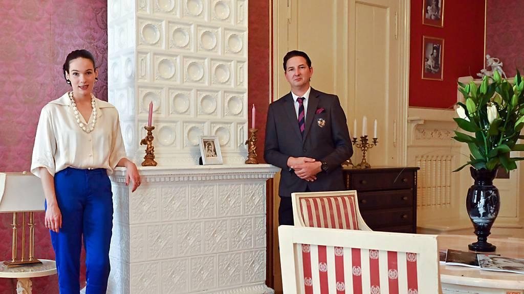 Ariane und ihr Mann Uwe Marcus Rykov stehen in einem Raum in ihrem Schloss. Foto: Patrick Pleul/dpa-Zentralbild/dpa