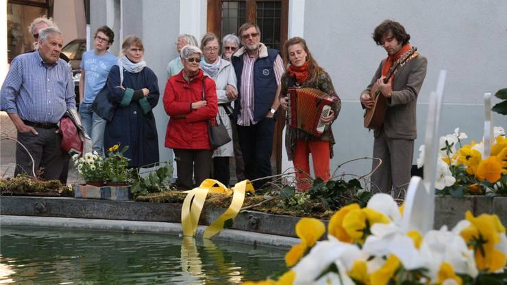 Das Duo «WunderKram» mit Sonja Wunderlin und Gabriel Kramer spielt am Marktplatzbrunnen auf. Peter Schütz