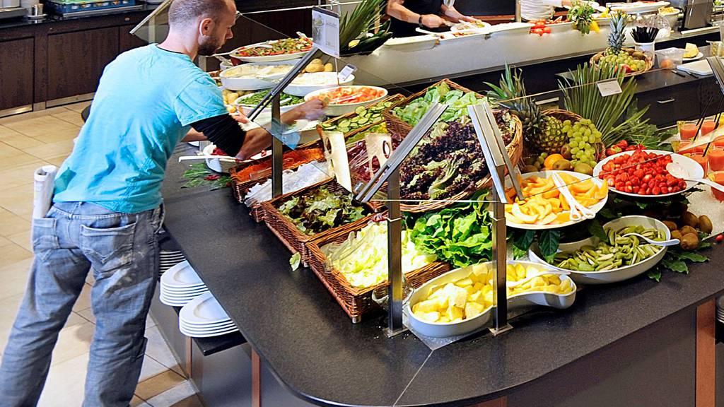 Im Migros-Restaurant beliebt: das kalte (im Bild) und das warme Buffet. (Archivbild)