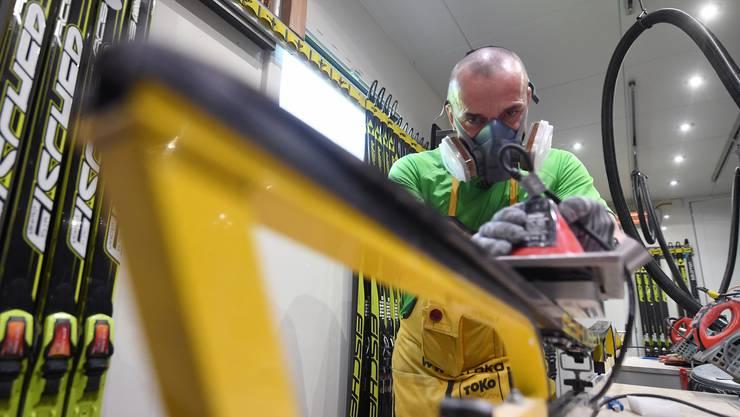 Hochbetrieb in einem Wachsraum vor einem Weltcuprennen - die Filtermaske schützt unter anderem vor Fluorpartikeln.