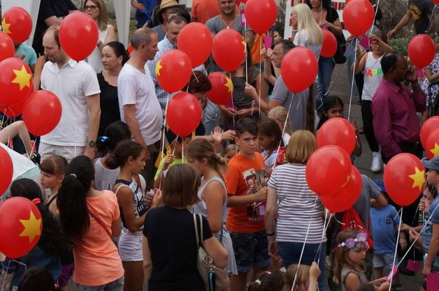 Warten auf das Ballonwettbewerb - Kommando wenn die Ballone losgelassen werden koennen