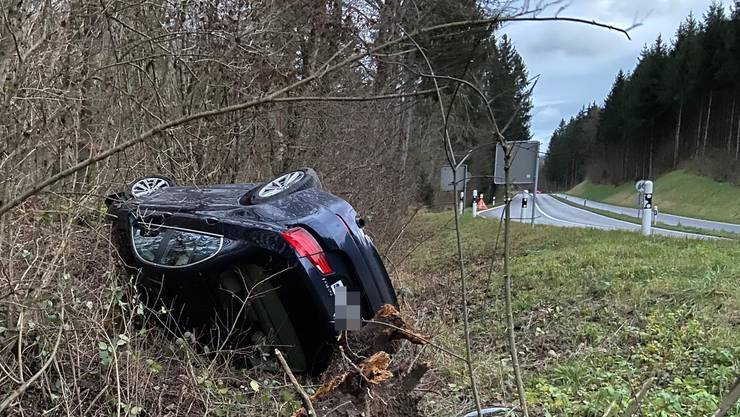 Die Kantonspolizei Aargau stellte fest, dass der Wagen in Richtung Bremgarten fahrend in der Rechtskurve links von der Strasse abgekommen war.