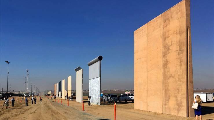 Die acht Prototypen von Trumps Grenzmauer an der mexikanischen Grenze locken bereits heute Touristen an. Aber sind sie auch Kunst? Und warum sollen sie es werden? Elliott Spagat/AP/Keystone