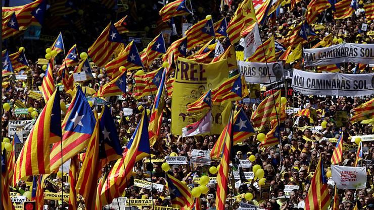 Für die Freilassung katalanischer Separatisten: Über 300'000 Demonstranten bildeten in Barcelona ein Meer in Rot und Gelb.