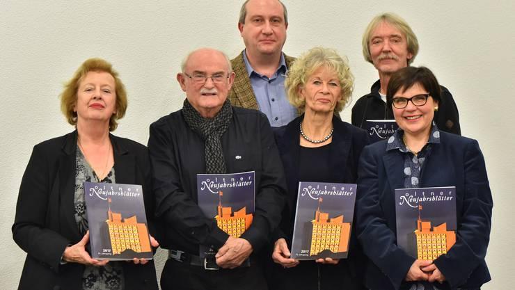 Die Protagonisten von links Madeleine Schüpfer, Peter André Bloch, Roland Weiss (Dietschi Print und Design AG), Heidi Ehrsam, Christof Schelbert und Sibylle Scherrer.