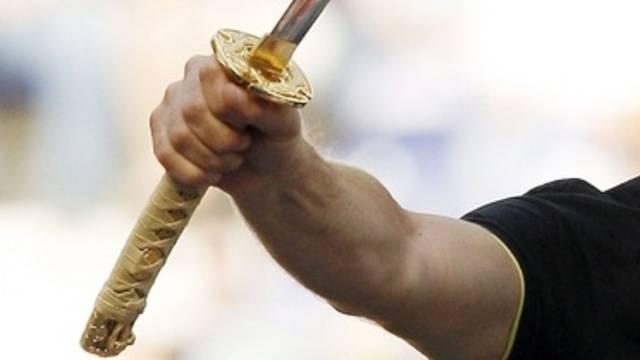 Der 48-jährige Mann ging mit einem Samurai-Schwert auf seine Mutter los (Symbolbild)