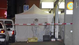 Ein 40-jähriger Italiener wurde am 8. März 2008 an der Zürcher Langstrasse erschossen. Ermittler untersuchen den Tatort.