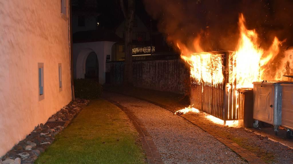 Abfallunterstand in Brand geraten