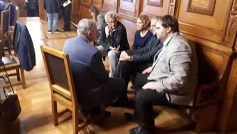 Diskussionsstoff: Hans-Peter Wessels im Vorzimmer des Grossen Rats, umringt von mehreren Vertretern der SP-Fraktion.