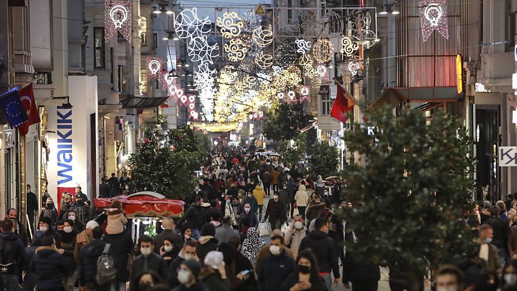 Menschen spazieren wenige Stunden vor der Sperrstunde entlang der Haupteinkaufsstrasse in Istanbul. Die türkische Regierung hat entgegen der bisherigen Praxis die täglichen Fallzahlen der positiv auf das Coronavirus getesteten Menschen im Land bekanntgegeben. Foto: Emrah Gurel/AP/dpa