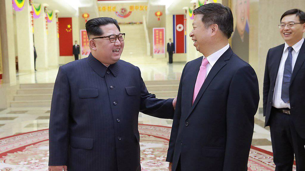 Der nordkoreanische Machthaber Kim Jong Un mit dem chinesischen Politiker Song Tao.