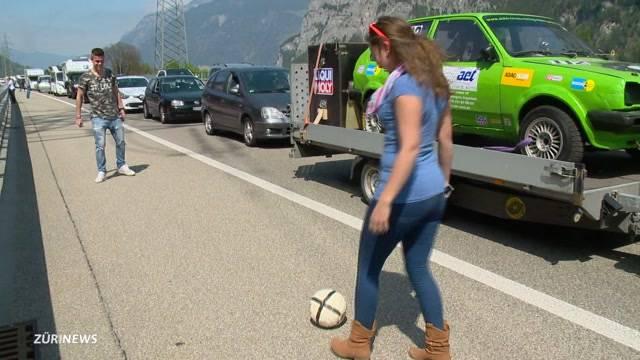 Rekordstau: Wartende spielen Fussball auf Autobahn