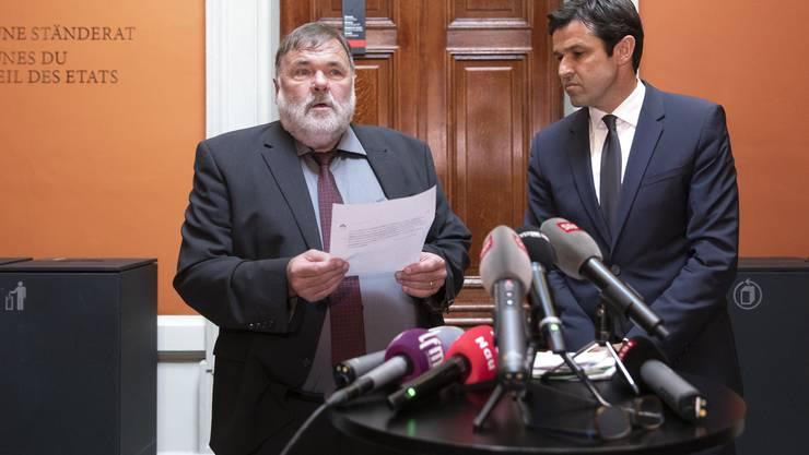 Jean-Paul Gschwind (CVP, JU, links), Präsident der Gerichtskommission, und Matthias Aebischer (SP, BE), Chef der Subkommission, kommentierten den Entscheid, den Bundesanwalt nicht zur Wiederwahl zu empfehlen. (KEYSTONE/Peter Klaunzer)
