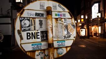 Bild aus Tokio: Auf der ganzen Welt ist der Kleber-Fanatiker aktiv. Foto: HO