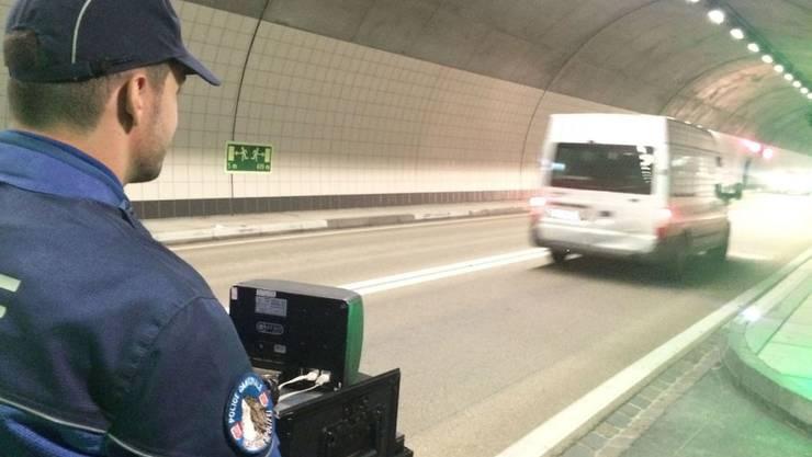 Die Polizei zog im Mittaltunnel im Oberwallis einen Raser aus der Verkehr. Der junge Lenker war angetrunken und doppelt so schnell unterwegs wie erlaubt. (Symbolbild)