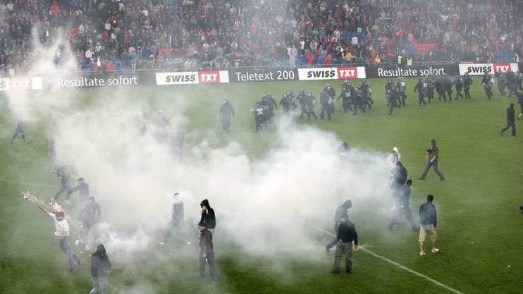 2006: Wüste Szenen nach dem Sieg des FCZ im St. Jakob-Park.
