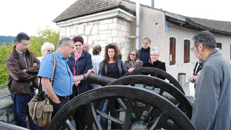 Die Schlieremer Reisegruppe lauscht den Ausführungen zu den Kanonen auf der Zinne. (ske)