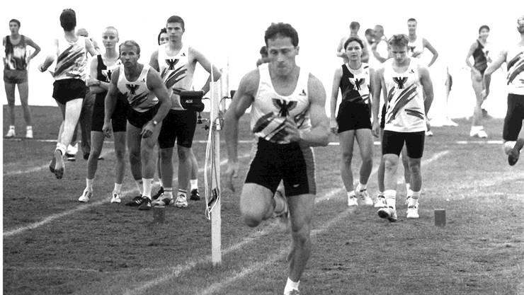 Die Leichtathleten des BTV Aarau am Eidgenössischen Turnfest 1996 in Bern bei der Pendelstafette.