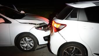 Freitagnacht krachte ein weisser Personenwagen in das vor ihm fahrende Fahrzeug.