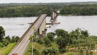 Nach dem Fährunglück im brasilianischen Amazonasgebiet bei Para stürzte der mittlere Teil der Brücke ein.