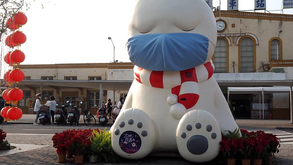 Taiwan geht rigoros gegen 1.-April-Scherze im Zusammenhang mit dem Coronavirus vor. Im Bild eine Kunstinstallation mit Namen «Schlafender Bär» in Chiayi City im Westen Taiwans. (Archivbild)