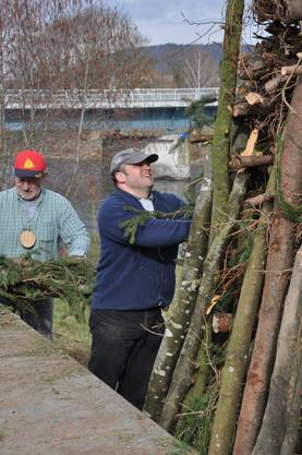 Der Holzstoss für den Böögg wird aufgerichtet