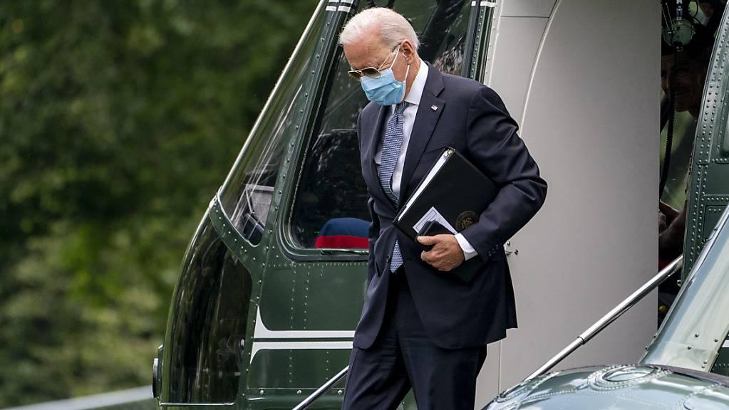 US-Präsident Joe Biden als er im Weißen Haus eintrifft. Mit rund einem Monat Verspätung haben die USA das von Biden ausgerufene Impfziel erreicht. Mit Stand Montag haben laut Daten der Gesundheitsbehörde CDC 70 Prozent aller Erwachsenen mindestens eine Impfdosis erhalten. Foto: Andrew Harnik/AP/dpa
