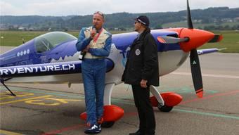 Isidor von Arx (links) wird von Flughafenchef Ernest Oggier interviewt. Fotos: Klaus Thomas