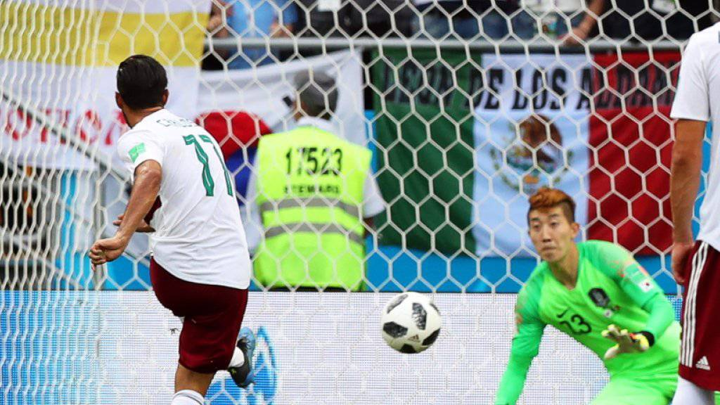 Carlos Vela bezwingt Südkoreas Goalie Jo Hyeon-Woo vom Penaltypunkt