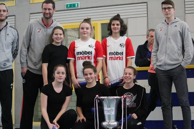 Siegermannschaft Mädchen im Handball mit Spielern der Nati A des HCS Aarau Suhr