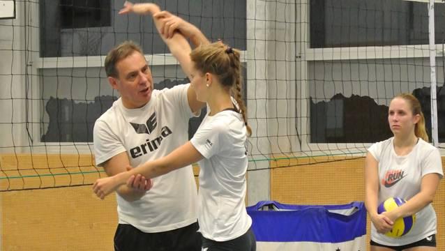 Coach Matthias Biesiada korrigiert die Armhaltung von Mittelblockerin Lena Locher, Libera Patricia Schläfli schaut mit. Foto: Stampfli.