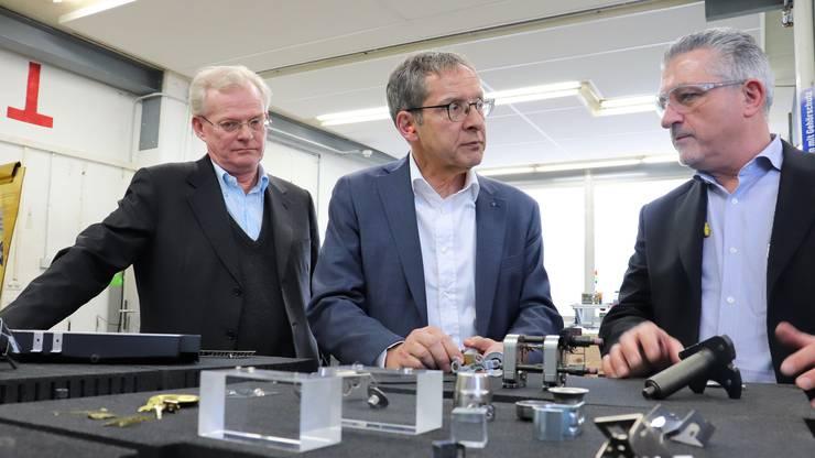 Winziges, das in Grosses eingebaut wird, bestaunt von Co-Eigentümer Per Holmberg, Urs Hofmann und Marketingchef Hans Rudolf Würgler (v.l.).